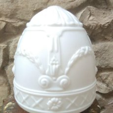 Antigüedades: TULIPA MODERNISTA DE OPALINA U OTRO CRISTAL BLANCO CON SUJECCION POR TORNILLOS.GRANDE.. Lote 221129881