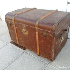 Antigüedades: BAUL ANTIGUO GRANDE DE MADERA FORRADO DE CUERO Y TELA CON ADORNOS DE LATON O BRONCE. Lote 221168483