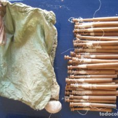 Antigüedades: LOTE 50 BOLILLOS ANTIGUOS CON SU BOLSA. Lote 221230346