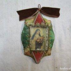 Antigüedades: RELICARIO CON ESTAMPA ' SANTA TERESA DEL NIÑO JESUS ', DIVERSOS FIELTROS, HILO DORADO Y VIFRIO 19X12. Lote 217831497