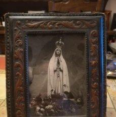 Antigüedades: MARCO DE MESA EN CUERO REPUJADO MUY ANTIGUO,26X21CM. 17X12 FOTO. Lote 221298772