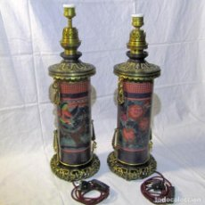 Antigüedades: PAREJA DE LÁMPARAS DE COBRE LACADO Y BRONCE, FUNCIONANDO. Lote 221301245