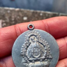 Antigüedades: RECUERDO DE NUESTRA SEÑORA DE LA CABEZA - ANDÚJAR - ANTIGUA MEDALLA - EN ALUMINIO. Lote 221302675