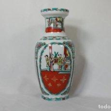 Antigüedades: ANTIGUO JARRÓN CHINO DE LA FAMILLE ROSE PINTADO A MANO. Lote 221303891