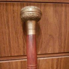Antigüedades: BASTON MUY ANTIGUO CON EMPUÑADURA DE METAL Y CUERPO DECORADO. Lote 221306258