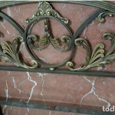 Antigüedades: MUY ANTIGUA CAMA BRONCE LABRADO Y LATÓN. Lote 221310146