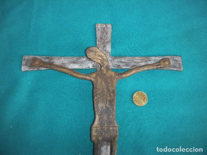 CRUCIFIJO EN HIERRO FORJADO (Antigüedades - Religiosas - Crucifijos Antiguos)