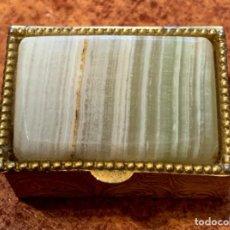 Antigüedades: CAJA/ PASTILLERO CON PIEDRA DE CUARZO. Lote 221332368