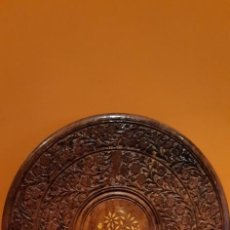Antigüedades: ANTIGUO TABLERO DE MADERA DE MESA INDIA CON PRECIOSA TALLA DE FLORES E INCRUSTACIONES EN EL CENTRI ). Lote 221355628