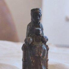 Antigüedades: VIRGEN DE MONTSERRAT EN MINIATURA. BRONCE. ESPAÑA. AÑOS 40. Lote 221369865