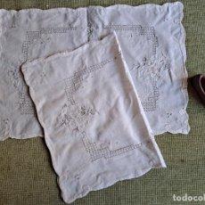 Antigüedades: JUEGO DE 2 INDIVIDUALES/TAPETES BORDADAS A MANO.45X32 CM.ALGODON BEIGE CLARO.NUEVO. Lote 243629210