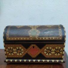 Antigüedades: CAJA-BAULITO CON MARQUETERÍA 1900. Lote 221392420