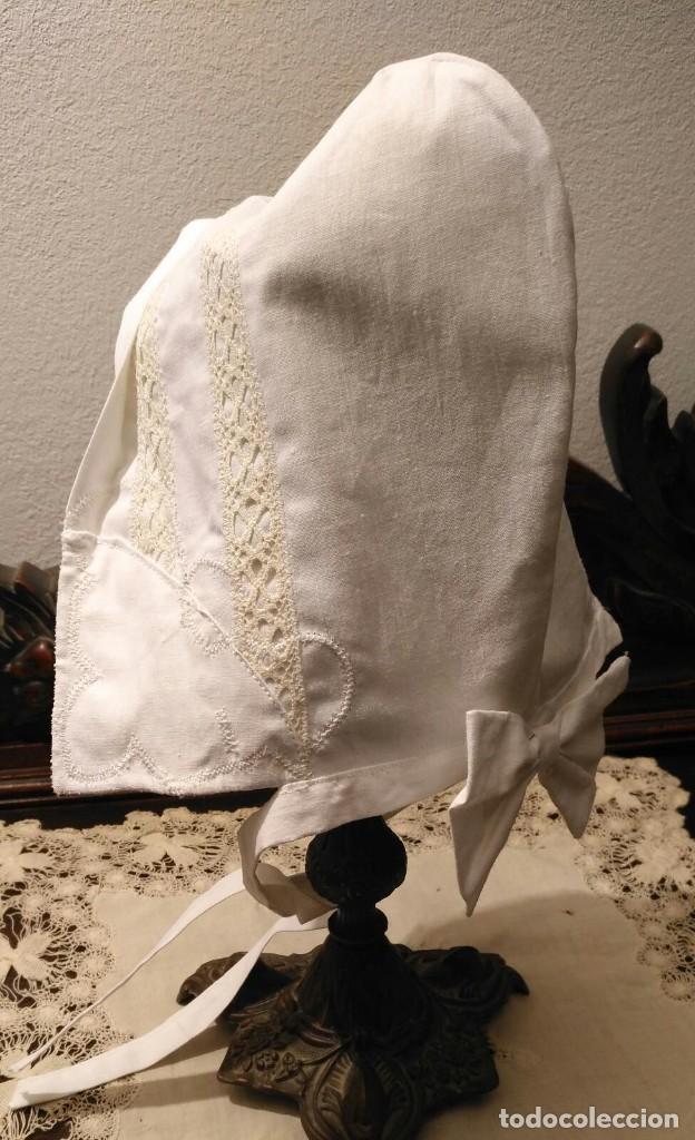 Antigüedades: Gorro algodón blanco sujeto en el cuello con entredós, lazo zapatero y bonitos bordados laterales - Foto 2 - 221392542