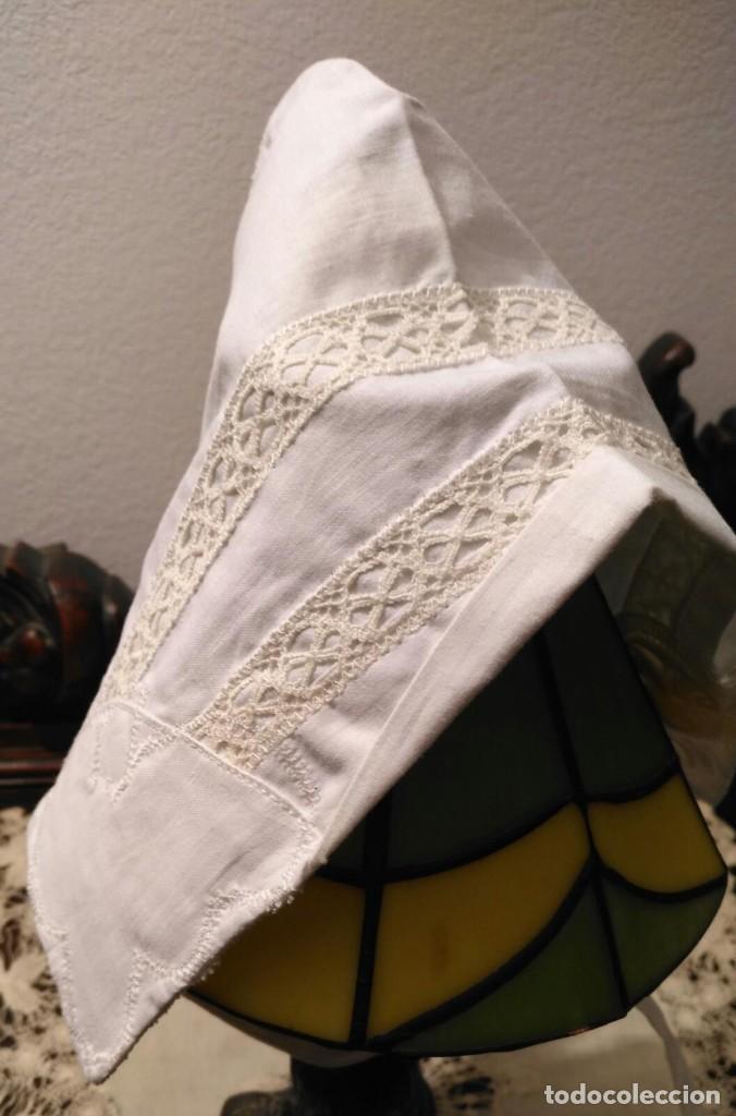 Antigüedades: Gorro algodón blanco sujeto en el cuello con entredós, lazo zapatero y bonitos bordados laterales - Foto 5 - 221392542