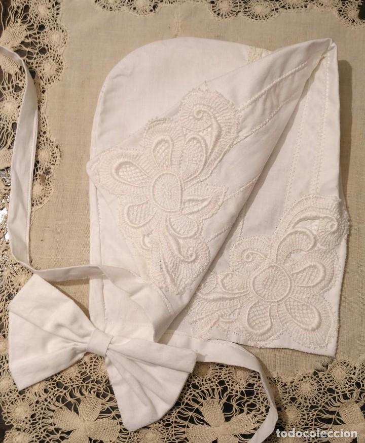 Antigüedades: Gorro algodón blanco sujeto en el cuello con entredós, lazo zapatero y bonitos bordados laterales - Foto 6 - 221392542