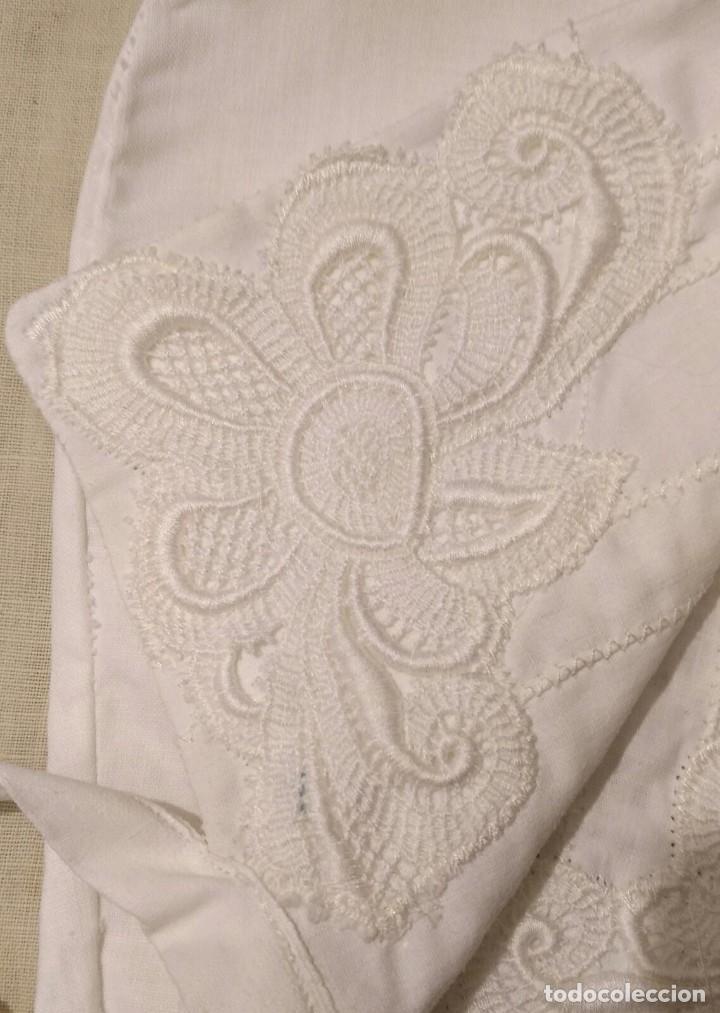 Antigüedades: Gorro algodón blanco sujeto en el cuello con entredós, lazo zapatero y bonitos bordados laterales - Foto 7 - 221392542