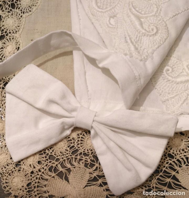 Antigüedades: Gorro algodón blanco sujeto en el cuello con entredós, lazo zapatero y bonitos bordados laterales - Foto 8 - 221392542
