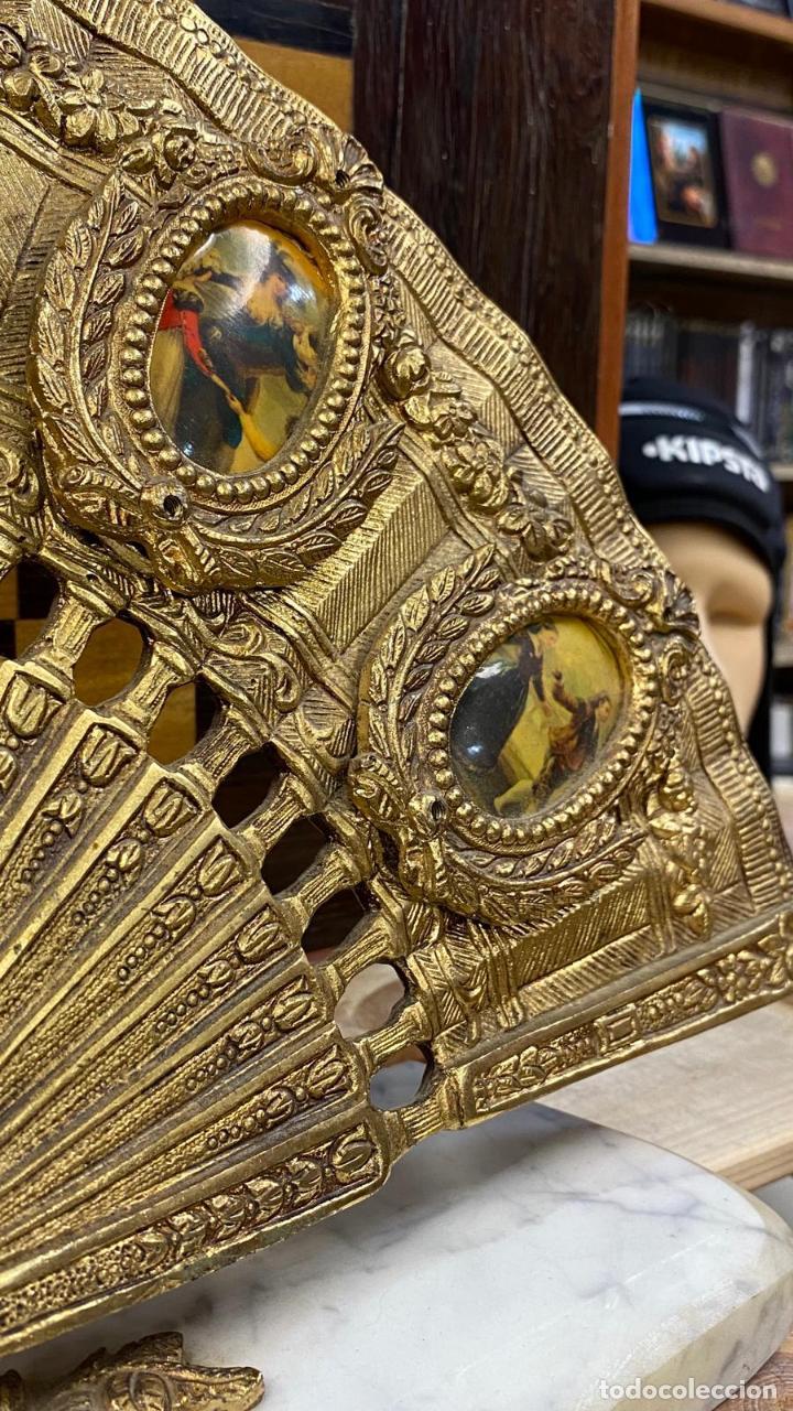Antigüedades: ABANICO DE BRONCE CON IMAGENES de goya, CON BASE DE MÁRMOL - Foto 3 - 221393247