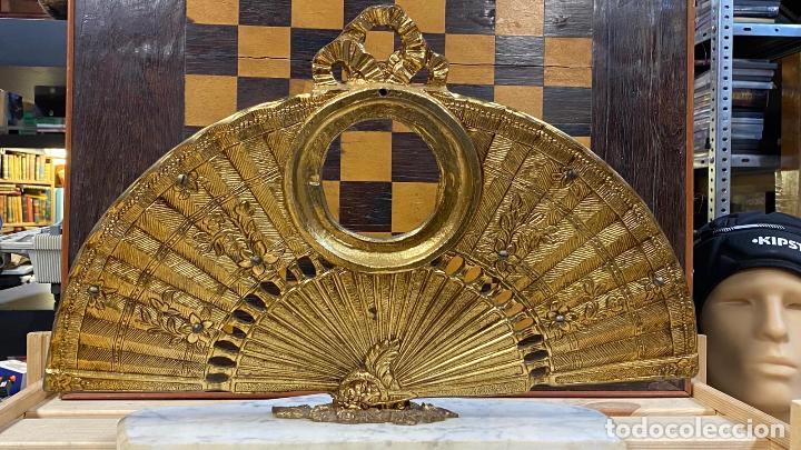 Antigüedades: ABANICO DE BRONCE CON IMAGENES de goya, CON BASE DE MÁRMOL - Foto 6 - 221393247