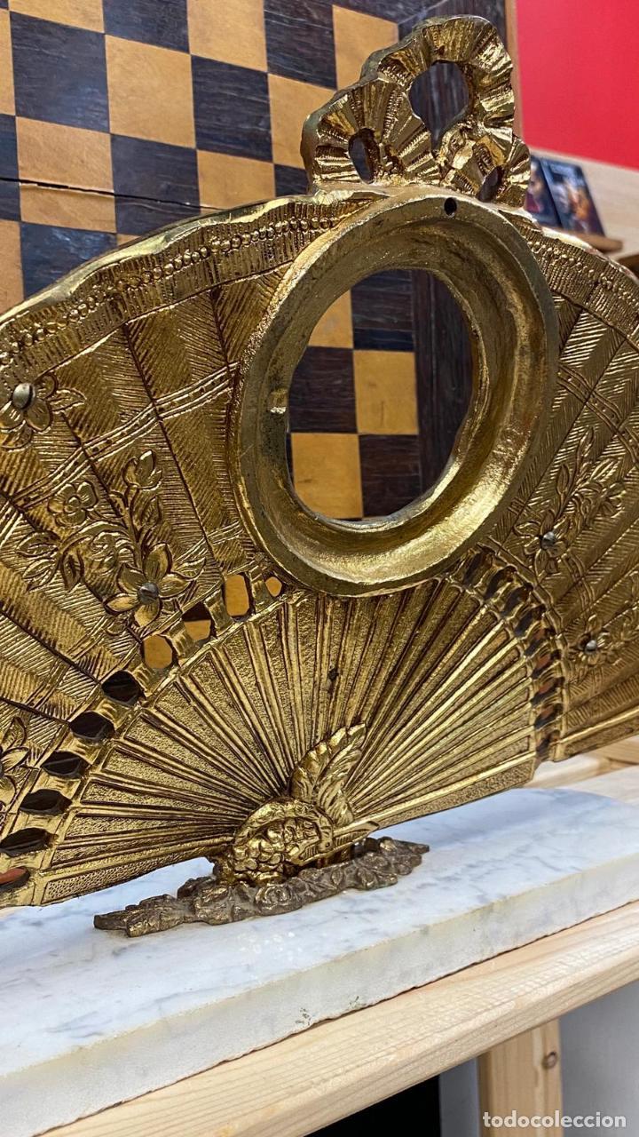 Antigüedades: ABANICO DE BRONCE CON IMAGENES de goya, CON BASE DE MÁRMOL - Foto 8 - 221393247