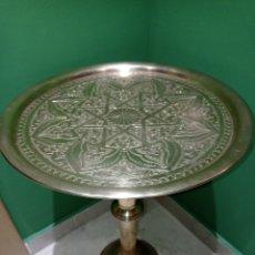 Antigüedades: ANTIGUA MESA AUXILIAR, EN LATON CINCELADA A MANO. Lote 221404420