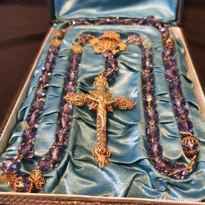 Antigüedades: Precioso rosario de oro 18k con cuentas de cristal lila, mediados siglo XIX, caja original - Foto 4 - 221416517