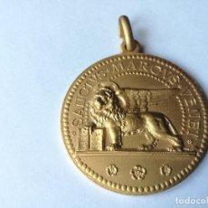 Antigüedades: BONITA MEDALLA / COLGANTE DE SANCTUS MARCUS VENET - BRONCE DORADO CON RELIEVES - DIAMETRO: 63,3 MM. Lote 221433447