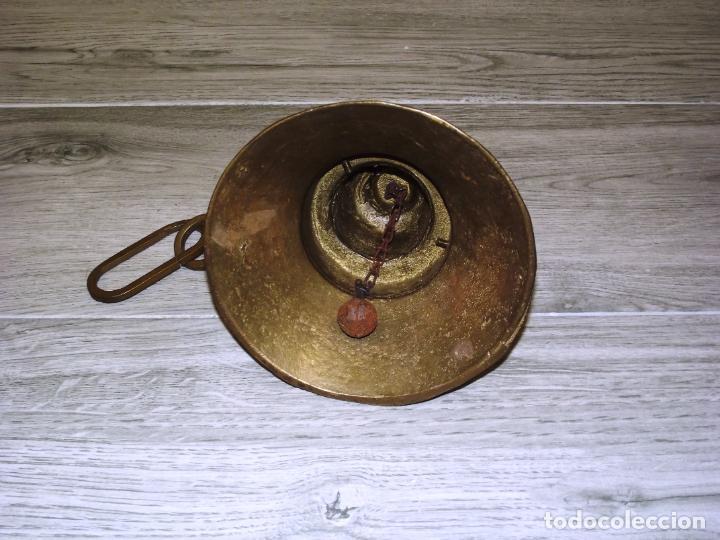 Antigüedades: CAMPANA DE HIERRO FUNDIDO - PREPARADA PARA CONVERTIRLA EN LÁMPARA - 3 KG. - Foto 3 - 221434421