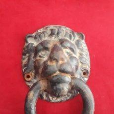 Antigüedades: ANTIGUO ALDABA.LLAMADOR DE PUERTAS DE HIERRO FUNDIDO. Lote 221452761