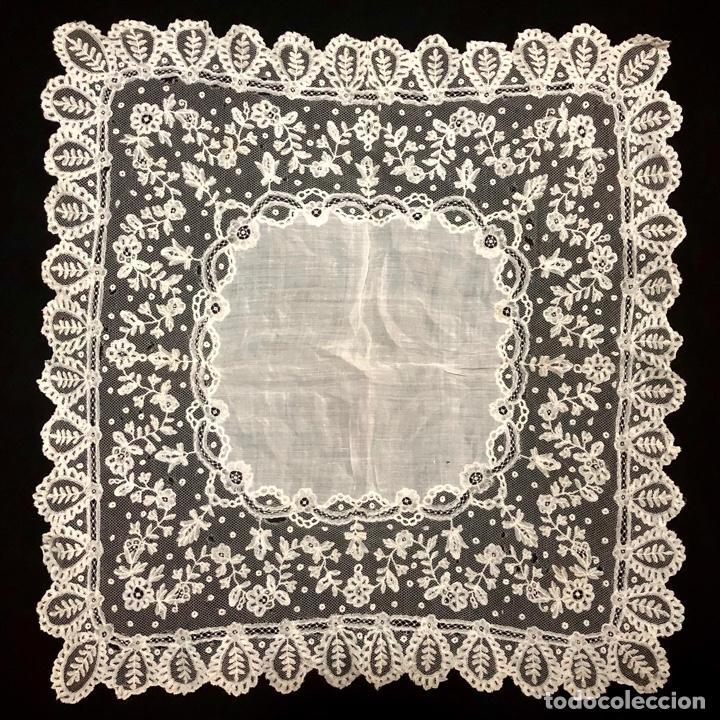 GRAN PAÑUELO DE ENCAJE APLICACIÓN DE BRUSELAS SIGLO XIX. 40X39CM (Antigüedades - Moda - Pañuelos Antiguos)