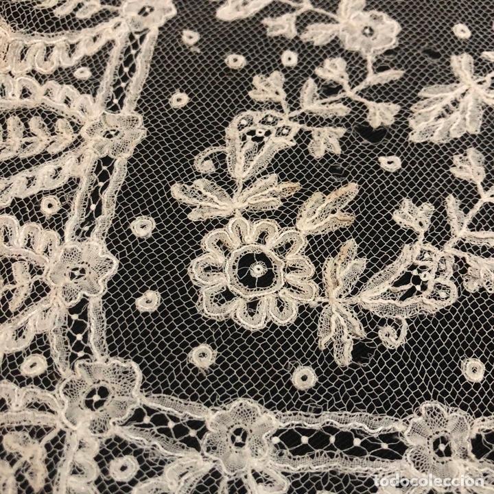 Antigüedades: Gran pañuelo de encaje aplicación de Bruselas siglo XIX. 40x39cm - Foto 2 - 221454301