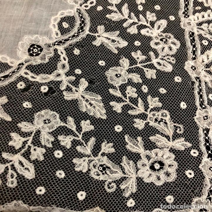 Antigüedades: Gran pañuelo de encaje aplicación de Bruselas siglo XIX. 40x39cm - Foto 3 - 221454301