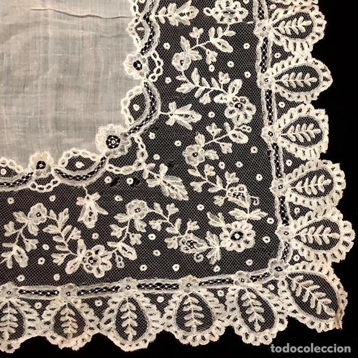 Antigüedades: Gran pañuelo de encaje aplicación de Bruselas siglo XIX. 40x39cm - Foto 4 - 221454301