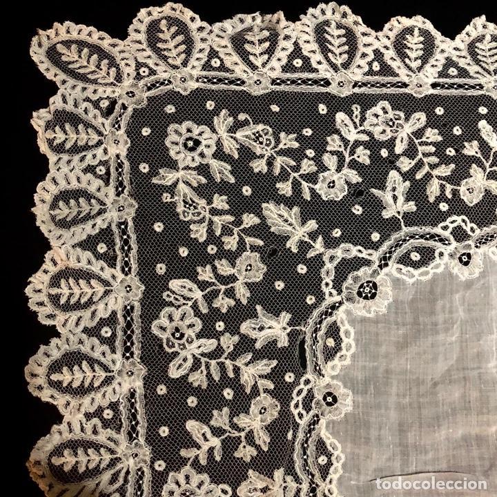 Antigüedades: Gran pañuelo de encaje aplicación de Bruselas siglo XIX. 40x39cm - Foto 7 - 221454301