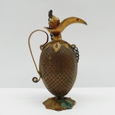 Antigüedades: PERFUMERO ANTIGUO TIPO JARRA EN LATÓN BELLAMENTE REPUJADO Y TROQUELADO DE ESTILO MEDIEVAL .. Lote 221468580