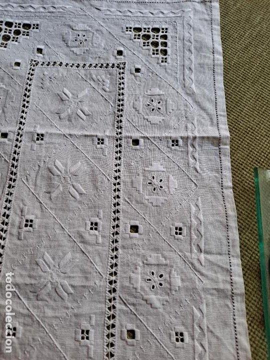 Antigüedades: Antiquo camino mesa/mueble años 70.Lino BLANCO . Bordado a mano.35 x 70 cm.nuevo - Foto 3 - 221471672