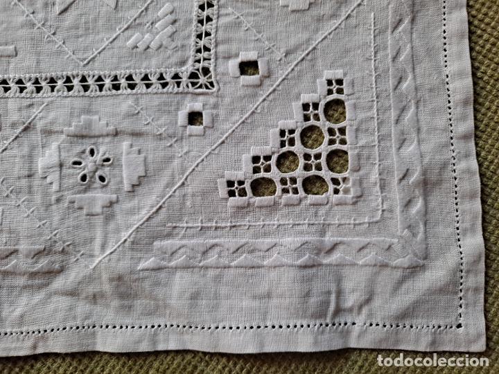 Antigüedades: Antiquo camino mesa/mueble años 70.Lino BLANCO . Bordado a mano.35 x 70 cm.nuevo - Foto 4 - 221471672