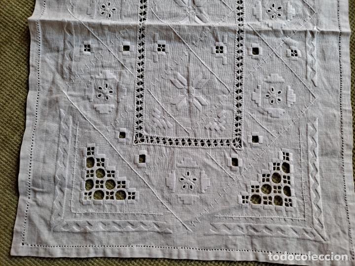 Antigüedades: Antiquo camino mesa/mueble años 70.Lino BLANCO . Bordado a mano.35 x 70 cm.nuevo - Foto 9 - 221471672