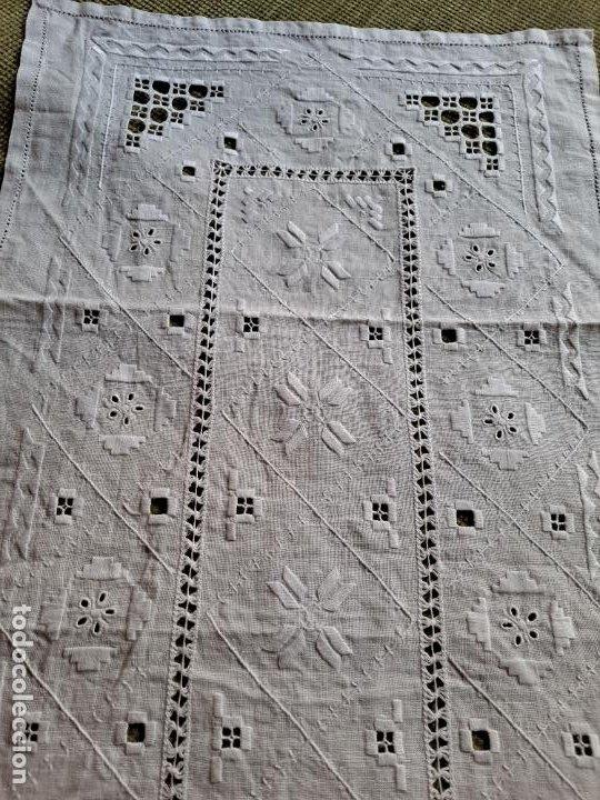 Antigüedades: Antiquo camino mesa/mueble años 70.Lino BLANCO . Bordado a mano.35 x 70 cm.nuevo - Foto 10 - 221471672