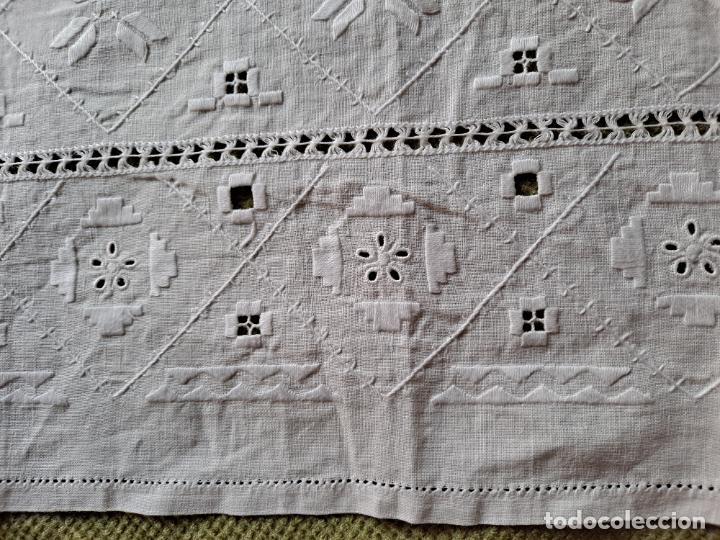 Antigüedades: Antiquo camino mesa/mueble años 70.Lino BLANCO . Bordado a mano.35 x 70 cm.nuevo - Foto 12 - 221471672
