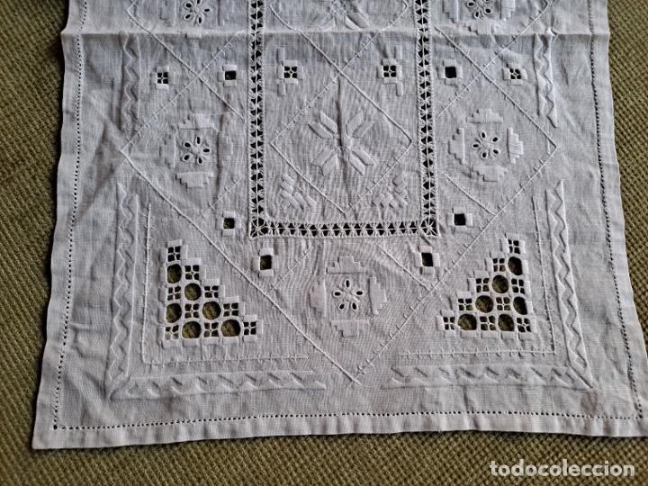 Antigüedades: Antiquo camino mesa/mueble años 70.Lino BLANCO . Bordado a mano.35 x 70 cm.nuevo - Foto 14 - 221471672