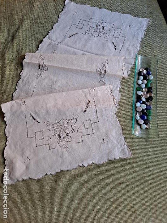 Antigüedades: Antiquo camino de mesa o mueble.Lino,bordado a mano BEIGE claro 40 x 110 cm. Años 70.nuevo - Foto 3 - 221497072