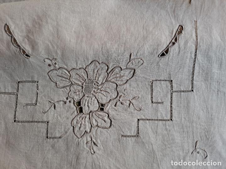 Antigüedades: Antiquo camino de mesa o mueble.Lino,bordado a mano BEIGE claro 40 x 110 cm. Años 70.nuevo - Foto 4 - 221497072