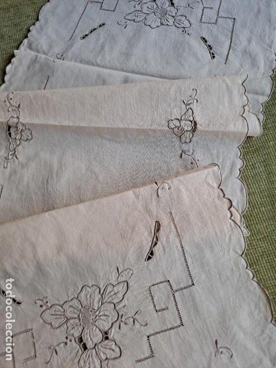 Antigüedades: Antiquo camino de mesa o mueble.Lino,bordado a mano BEIGE claro 40 x 110 cm. Años 70.nuevo - Foto 5 - 221497072