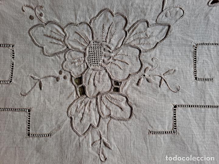 Antigüedades: Antiquo camino de mesa o mueble.Lino,bordado a mano BEIGE claro 40 x 110 cm. Años 70.nuevo - Foto 6 - 221497072