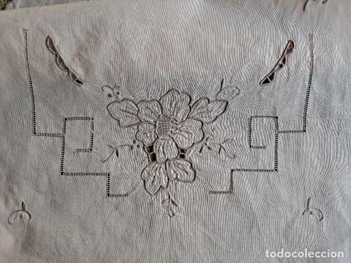 Antigüedades: Antiquo camino de mesa o mueble.Lino,bordado a mano BEIGE claro 40 x 110 cm. Años 70.nuevo - Foto 7 - 221497072