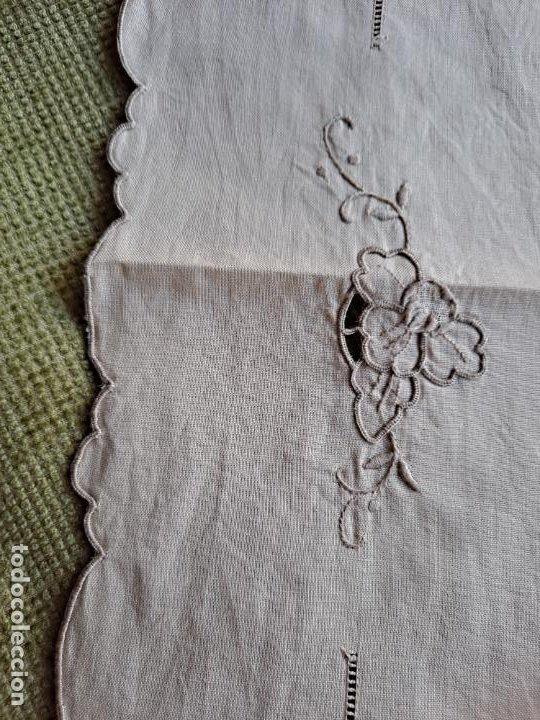Antigüedades: Antiquo camino de mesa o mueble.Lino,bordado a mano BEIGE claro 40 x 110 cm. Años 70.nuevo - Foto 8 - 221497072