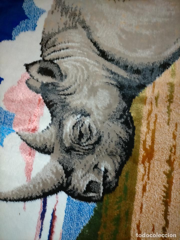 Antigüedades: antiguo tapiz tapete camino de mesa aterciopelado serie animales rinoceronte 106 x 50 cm aproximados - Foto 3 - 221509293