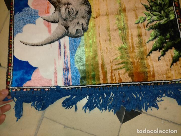 Antigüedades: antiguo tapiz tapete camino de mesa aterciopelado serie animales rinoceronte 106 x 50 cm aproximados - Foto 4 - 221509293