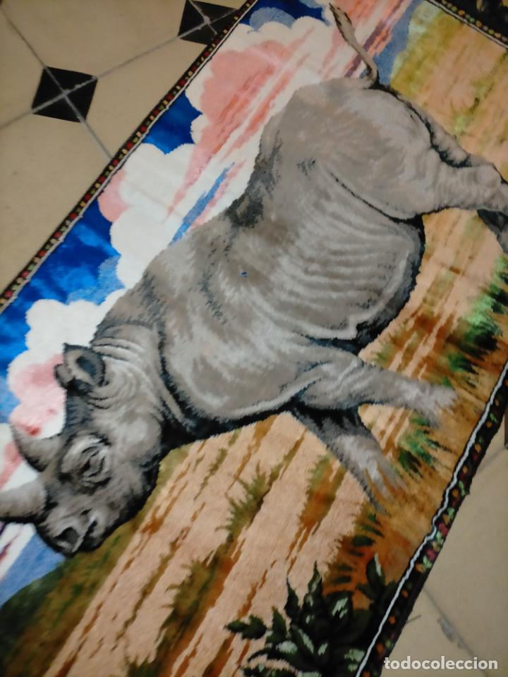 Antigüedades: antiguo tapiz tapete camino de mesa aterciopelado serie animales rinoceronte 106 x 50 cm aproximados - Foto 5 - 221509293